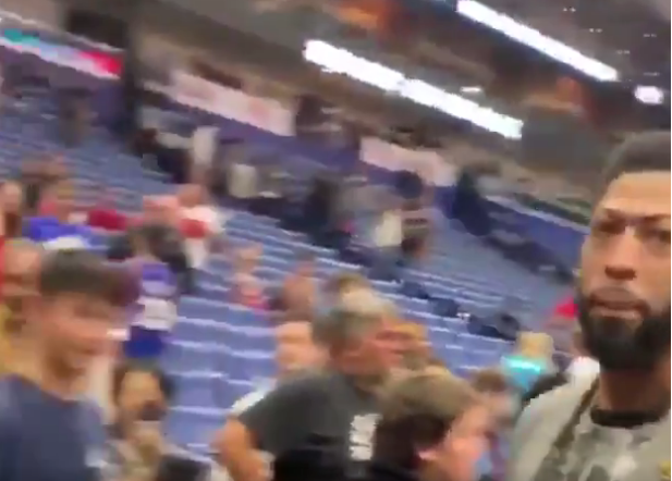 Anthony Davis Caught Flipping Off Fans