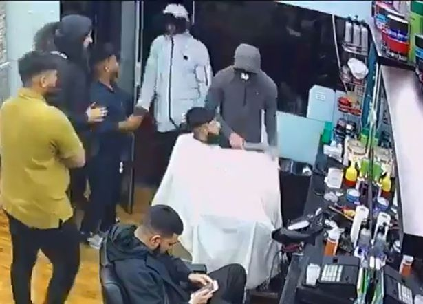 Guy Gets Robbed at Knifepoint While in Barber Chair, Continues With Haircut