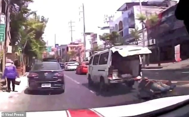 Patient Rolls Out The Back Of An Ambulance Onto A Busy Bangkok Street [Video]